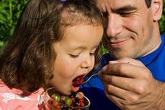 Kleines Mädchen, das Früchte isst Stockbilder