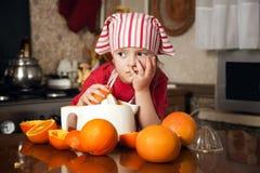 Kleines Mädchen, das frischen Saft bildet Lizenzfreie Stockbilder