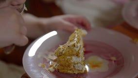 Kleines Mädchen, das Geburtstagskuchen isst stock footage