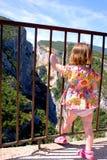 Kleines Mädchen, das gefährlichen Jobstepp unternimmt Stockfoto