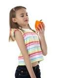 Kleines Mädchen, das Gemüse hält Lizenzfreie Stockfotos