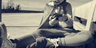 Kleines Mädchen, das Gerät-Konzept verwendet lizenzfreie stockbilder