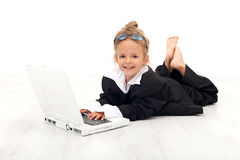 Kleines Mädchen, das Geschäftsfrau spielt Lizenzfreies Stockfoto