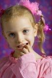 Kleines Mädchen, das Gesichter macht Stockbild