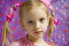 Kleines Mädchen, das Gesichter macht stockfotos