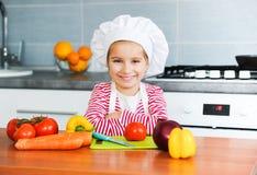 Kleines Mädchen, das gesunde Nahrung zubereitet stockfoto