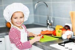 Kleines Mädchen, das gesunde Nahrung zubereitet stockbild