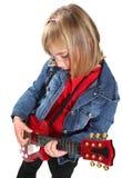 Kleines Mädchen, das Gitarre spielt Lizenzfreie Stockfotos
