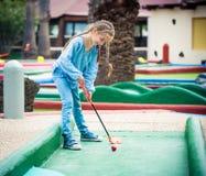 Kleines Mädchen, das Golf spielt Lizenzfreie Stockbilder