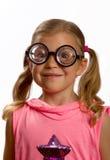 Kleines Mädchen, das große runde Gläser trägt Lizenzfreie Stockfotos