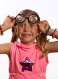 Kleines Mädchen, das große runde Gläser trägt Stockfoto