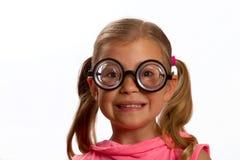 Kleines Mädchen, das große runde Gläser trägt Lizenzfreie Stockbilder
