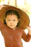 Kleines Mädchen, das hölzernen Hut (vietnamesische, trägt Art) stockfoto