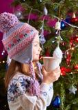 Kleines Mädchen, das heiße Schokolade trinkt Lizenzfreie Stockfotos