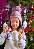 Kleines Mädchen, das heiße Schokolade trinkt Stockfotos