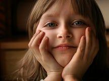 Kleines Mädchen, das herauf ihren Kopf proping ist Lizenzfreies Stockbild