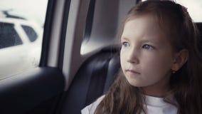 Kleines Mädchen, das heraus vom Autofenster sonnigem Tag betrachtet stock video