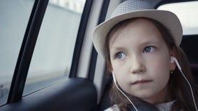 Kleines Mädchen, das heraus vom Autofenster sonnigem Tag betrachtet stock video footage