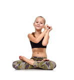 Kleines Mädchen, das Herzsymbol zeigt lizenzfreies stockfoto