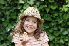 Kleines Mädchen, das Huhn hält Stockfotos