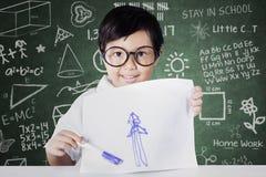 Kleines Mädchen, das ihr stolz zeichnen zeigt Lizenzfreie Stockbilder