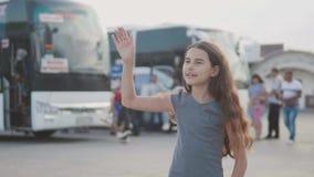 Kleines Mädchen, das ihre Hand am Busbahnhof-Zeitlupevideo verlässt Abschied wellenartig bewegt jugendlich Mädchen nimmt jugendli stock video footage