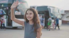 Kleines Mädchen, das ihre Hand am Busbahnhof-Zeitlupevideo verlässt Abschied wellenartig bewegt jugendlich Mädchen nimmt jugendli stock video
