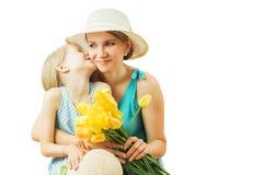 Kleines Mädchen, das ihre lacht Mutter fröhlich, umarmend lokalisiert auf einem weißen Hintergrund Stockbild