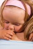 Kleines Mädchen, das ihre Mutter umarmt Stockfoto