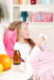 Kleines Mädchen, das ihre Wekzeugspritze durchbrennt Lizenzfreies Stockbild