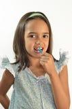 Kleines Mädchen, das ihre Zähne Flossing ist Lizenzfreie Stockfotos