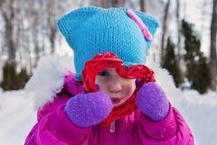 Kleines Mädchen, das an ihrem Handherzthemen Valentinsgruß ` s Tag, der Tag des Winters auf der Straße im Park hält Lizenzfreie Stockbilder