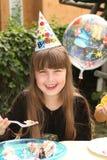 Kleines Mädchen, das ihren Geburtstag feiert Stockbilder