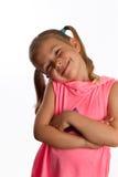Kleines Mädchen, das ihren Kopf und Lächeln kippt Stockbilder