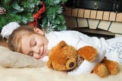 Kleines Mädchen, das ihren Teddybären schläft und umarmt Lizenzfreie Stockbilder