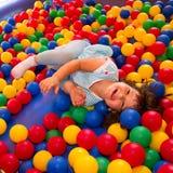 Kleines Mädchen, das im aufblasbaren aufprallenden Schloss spielt Lizenzfreies Stockfoto