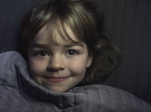 Kleines Mädchen, das im Bett stillsteht lizenzfreies stockbild