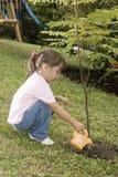 Kleines Mädchen, das im Garten arbeitenzeit hat Lizenzfreies Stockfoto