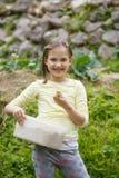 Kleines Mädchen, das im Garten arbeitet lizenzfreies stockbild
