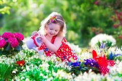 Kleines Mädchen, das im Garten arbeitet Lizenzfreie Stockbilder