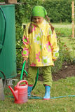 Kleines Mädchen, das im Garten arbeitet Lizenzfreie Stockfotos