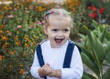 Kleines Mädchen im Garten Stockfoto