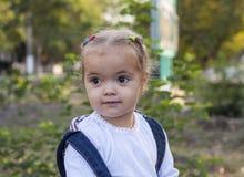 Kleines Mädchen im Garten Lizenzfreie Stockbilder