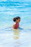 Kleines Mädchen, das im Meerwasser spielt Lizenzfreies Stockfoto