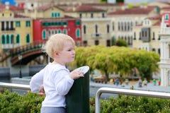 Kleines Mädchen, das im Miniaturpark spielt Lizenzfreies Stockfoto