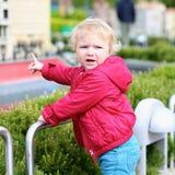 Kleines Mädchen, das im Miniaturpark spielt Stockbild