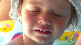 Kleines Mädchen, das im Pool spielt stock video
