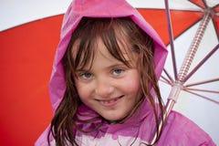 Kleines Mädchen, das im Regen spielt lizenzfreie stockfotos