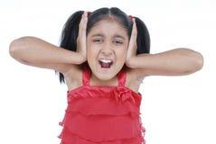 Kleines Mädchen, das im roten Kleid schreit Lizenzfreie Stockfotografie