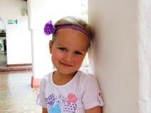 Kleines Mädchen, das im Sommer lächelt stockfoto